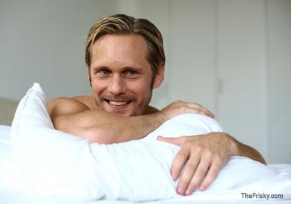 na cama com alexskarsgard